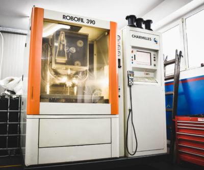 Dzięki nowoczesnym technologiom i specjalistycznym maszynom, które są w stanie wykonać bardzo precyzyjną obróbkę metalu, wykonywane detale w formach odlewniczych mają powtarzalne wymiary i kształt.